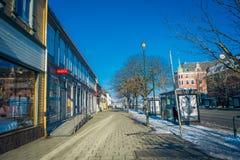 TRONDHEIM NORWEGIA, KWIECIEŃ, - 04, 2018: Plenerowy widok puste ulicy z tradycyjnym Skandynawskim budynku stojakiem Fotografia Stock