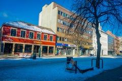 TRONDHEIM NORWEGIA, KWIECIEŃ, - 04, 2018: Plenerowy widok puste ulicy z tradycyjnym Skandynawskim budynku stojakiem Obraz Royalty Free