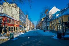 TRONDHEIM NORWEGIA, KWIECIEŃ, - 04, 2018: Plenerowy widok puste ulicy z tradycyjnym Skandynawskim budynku stojakiem Obrazy Royalty Free
