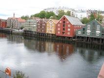 Trondheim - Pakhuizen, huizen, enz. Op stelten stock afbeeldingen