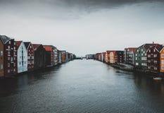 Trondheim-Vogelhäuser in den Fluss stockfotografie