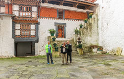 Trongsa, Бутан - 12-ое сентября 2016: Принимать 3 кавказский людей Стоковая Фотография