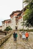 Trongsa, Bhután - 13 de septiembre de 2016: Grupo turístico que camina hacia el Trongsa Dzong, Bhután Fotos de archivo