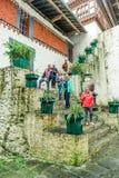 Trongsa, Bhutan - September 12, 2016: Gelukkige standi van de toeristengroep Stock Foto's