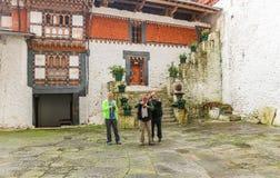 Trongsa Bhutan - September 12, 2016: Ta för tre Caucasian män Arkivbild