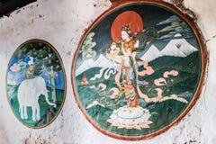 Trongsa, Butão - 12 de setembro de 2016: Pinturas murais antigas em Tron fotografia de stock