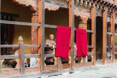 Trongsa, Butão - 12 de setembro de 2016: Watchi butanês feliz do homem imagem de stock royalty free