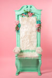 Trono ciano velho no fundo cor-de-rosa fotos de stock royalty free