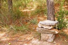 Trono con las piedras como el juego de la bella arte del fondo de los tronos en los productos de alta calidad de las impresiones  fotografía de archivo