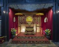 Trono de la emperatriz Le Thien Anh dentro del templo de Hoa Khiem, Tu Duc Royal Tomb, tonalidad, Vietnam imagen de archivo