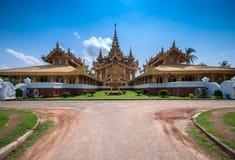 Trono dourado em Bago, Myanmar fotografia de stock royalty free