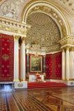 Trono pequeno Salão do palácio do inverno (eremitério), StPetersbur foto de stock royalty free
