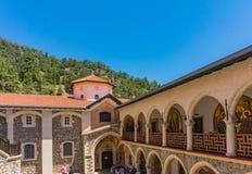 Troodos Cypern - 07 06 2018: Den forntida Kykkos kloster är den huvudsakliga relikskrin av Cypern De Troodos bergen ett st?lle av royaltyfri bild