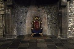 Troon in kasteel stock afbeelding