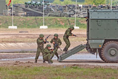 Troopers dismount lastbilen för typhoonen KAMAZ-63968 Royaltyfri Fotografi