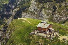 Troosteloos verlaten houten bergtoevluchtsoord stock afbeelding