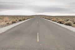 Troosteloze Woestijnweg stock afbeelding