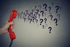 Trop de questions au-dessus du téléphone photos libres de droits