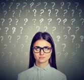 Trop de questions Femme confus Images libres de droits