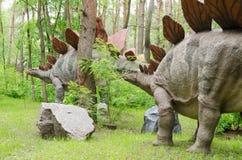 Trop dinosaures Stegosaurus modèle en parc de dinosaure image stock