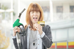 Trop - femme frustrée avec la fraude de carte de crédit Photos stock