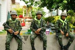 Tropas tailandesas enfrente del edificio del centralworld imagen de archivo