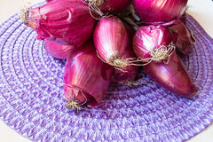 Tropea cebule na drewnianym stole zdjęcia stock