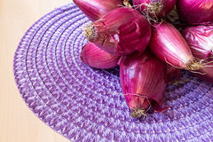 Tropea cebule na drewnianym stole zdjęcie stock