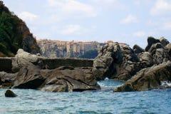 Tropea entre rochas e mar Imagens de Stock Royalty Free