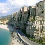 tropea escarpé de l'Italie de côte de la Calabre Photos libres de droits