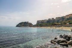 Tropea strand, stadsikt och Isola för Santa Maria dell` kyrka - Trop Arkivbilder
