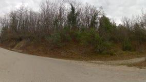 Tropece à montanha pela estrada arruinada velha, GoPro video estoque