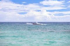Tropen, Atlantik Versunkenes Schiff des rostigen Rumpfs lizenzfreies stockfoto