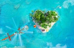 Tropeninsel in Form des Herzens und Hubschrauber mit großem Geschenk Stockfoto