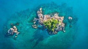 Tropeninsel mit Meer und Palme genommen vom Brummen Seychellen-Luftfoto St- Pierreinsel lizenzfreie stockfotografie