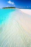 Tropeninsel mit sandigem Strand mit Palmen und tourquise Trinkwasser in Malediven Stockbild
