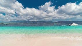 Tropeninsel und Azurblau Timelapse setzen mit Himmel und Wolken auf Gili-Insel, Indonesien auf den Strand stock footage