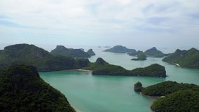 Tropeninseln bei Angthong nationale Marine Park in Thailand stock video