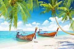 Tropeninseln mit Booten Lizenzfreies Stockbild