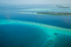 Tropeninseln und Atolle in Malediven von der Vogelperspektive stockfoto