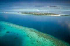Tropeninseln und Atolle in Malediven von der Vogelperspektive lizenzfreie stockbilder