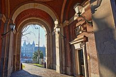 Tropenmuseum door arcades wordt in Alexanderplein, Amsterdam worden gevestigd bekeken dat royalty-vrije stock foto