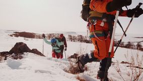 Tropezando, cayendo y cogiendo mi respiración un grupo de escaladores sube en una montaña nevosa, ellos supera la manera dura ade almacen de video