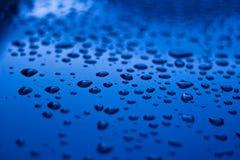 Tropfen auf Blau Stockfotografie