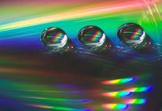 Tropfen auf der CD-Platte Stockbild
