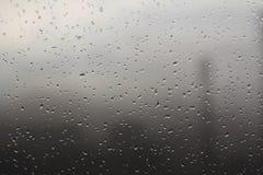 Tropfen auf Fenster des regnerischen Tages Stockbild