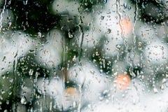 Tropfen auf Fensterglas nach dem Regen Stockbilder
