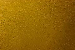 Tropfen auf Glas gelber Farbe von einem Regen Lizenzfreies Stockfoto