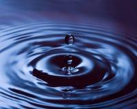 Tropfen des blauen Wassers   Lizenzfreies Stockfoto