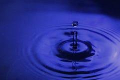 Tropfen des blauen Wassers Stockfotografie